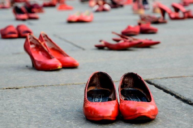 https://www.ragusanews.com//immagini_articoli/13-11-2018/settimane-riflettere-perche-femminicidio-500.jpg