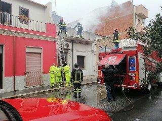 https://www.ragusanews.com//immagini_articoli/13-11-2019/incendio-in-una-casa-di-vittoria-240.jpg