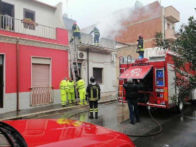 https://www.ragusanews.com//immagini_articoli/13-11-2019/incendio-in-una-casa-di-vittoria-500.jpg