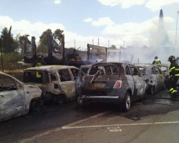 http://www.ragusanews.com//immagini_articoli/13-12-2014/incendio-deposito-auto-zona-industriale-ragusa-500.jpg