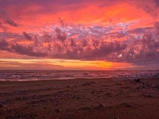 https://www.ragusanews.com//immagini_articoli/13-12-2018/infuocato-tramonto-santa-lucia-ragusano-240.jpg