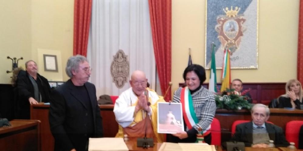 https://www.ragusanews.com//immagini_articoli/13-12-2018/monaco-buddista-diventato-comisano-500.png