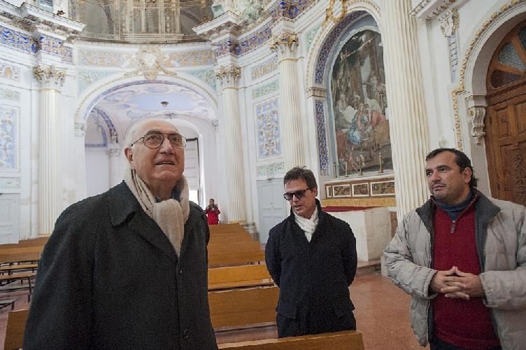 https://www.ragusanews.com//immagini_articoli/14-01-2014/quando-il-piu-amato-dagli-italiani-incontro-la-madonna-a-cavallo-pippo-baudo-a-scicli-500.jpg