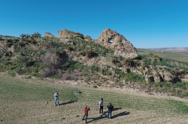 https://www.ragusanews.com//immagini_articoli/14-01-2017/gela-rinvenuta-stonehenge-pietra-orologio-calendario-420.jpg