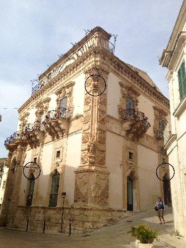 https://www.ragusanews.com//immagini_articoli/14-01-2019/1547487206-schiavi-pietra-palazzo-beneventano-scicli-1-500.jpg
