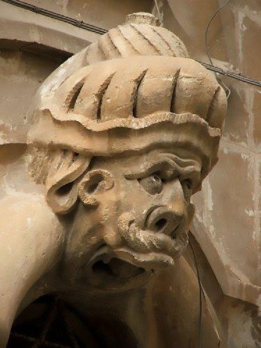 https://www.ragusanews.com//immagini_articoli/14-01-2019/1547487245-schiavi-pietra-palazzo-beneventano-scicli-1-500.jpg