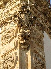 https://www.ragusanews.com//immagini_articoli/14-01-2019/1547487602-schiavi-pietra-palazzo-beneventano-scicli-1-240.jpg