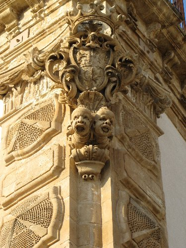 https://www.ragusanews.com//immagini_articoli/14-01-2019/1547487602-schiavi-pietra-palazzo-beneventano-scicli-1-500.jpg
