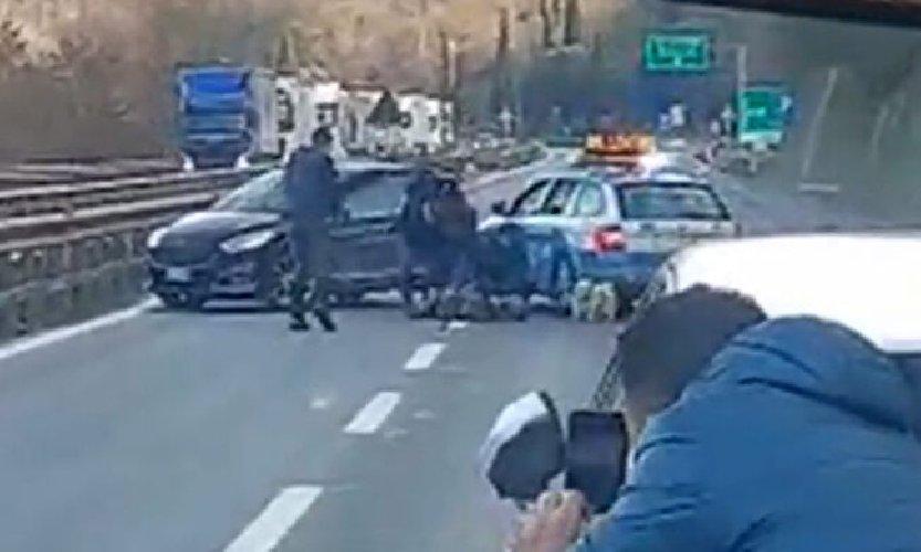 https://www.ragusanews.com//immagini_articoli/14-01-2021/contromano-in-autostrada-per-40km-polizia-sperona-e-spara-all-auto-video-500.jpg
