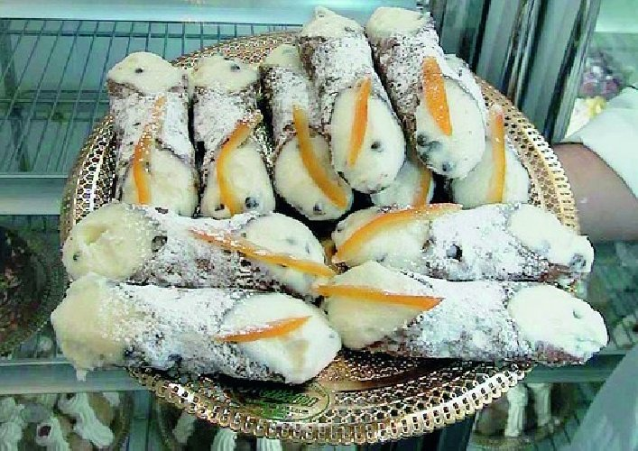 https://www.ragusanews.com//immagini_articoli/14-02-2011/cannolo-siciliano-ambasciatore-delleros-500.jpg
