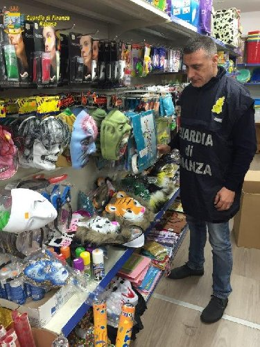 https://www.ragusanews.com//immagini_articoli/14-02-2020/scicli-sequestrati-giocattoli-di-carnevale-per-un-valore-di-50-mila-euro-500.jpg