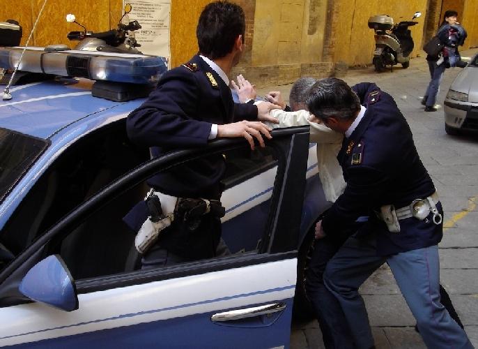 https://www.ragusanews.com//immagini_articoli/14-03-2014/droga-modica-i-poliziotti-arrestano-un-poliziotto-500.jpg