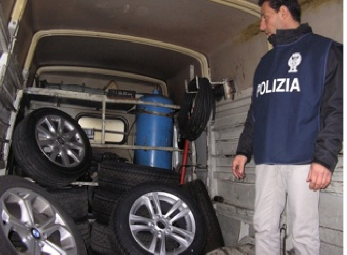 http://www.ragusanews.com//immagini_articoli/14-03-2014/i-ladri-di-pneumatici-a-ragusa-500.jpg
