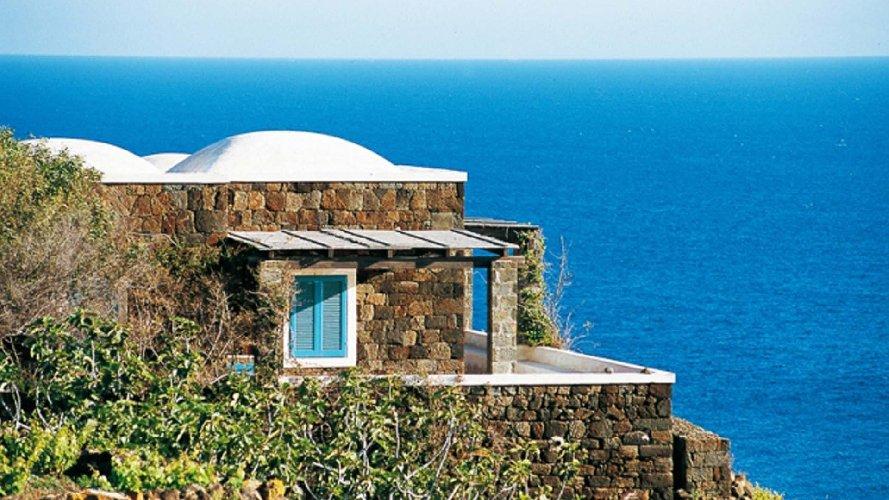 https://www.ragusanews.com//immagini_articoli/14-03-2018/pantelleria-viaggio-dammusu-giorgio-armani-video-500.jpg