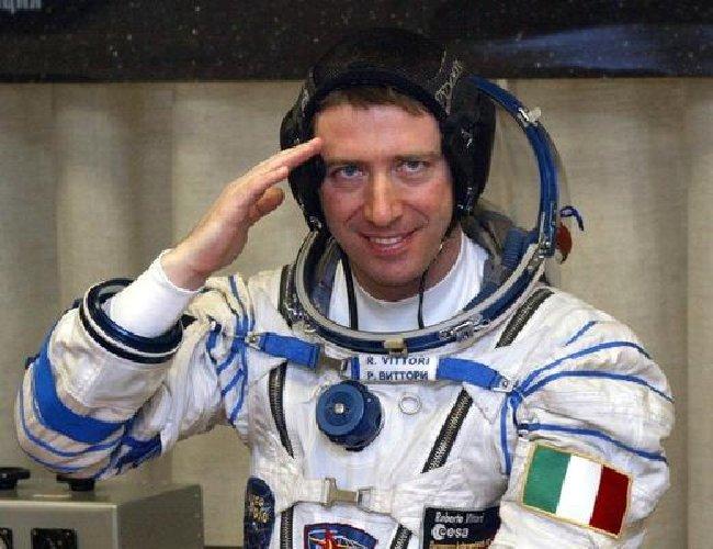 https://www.ragusanews.com//immagini_articoli/14-03-2018/siracusa-tuta-spaziale-astronauta-roberto-vittori-500.jpg