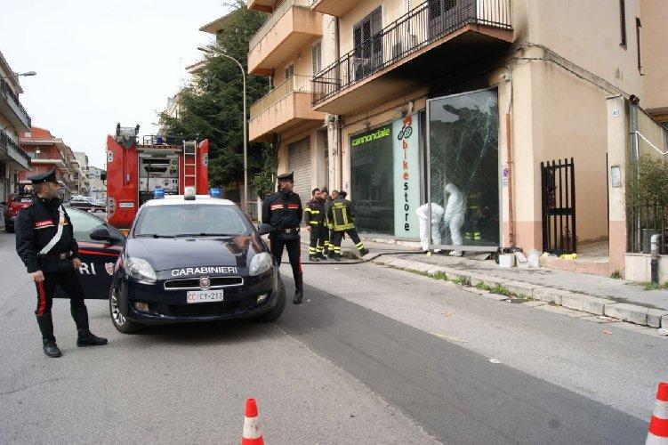 https://www.ragusanews.com//immagini_articoli/14-03-2019/incendio-negozio-bici-ragusa-dolo-500.jpg