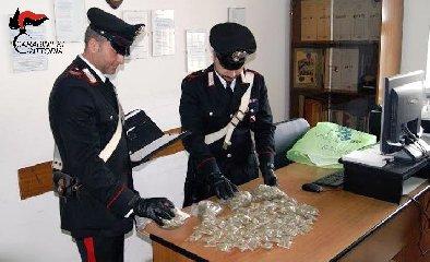 https://www.ragusanews.com//immagini_articoli/14-04-2018/acate-dosi-marijuana-arrestati-studenti-anni-240.jpg