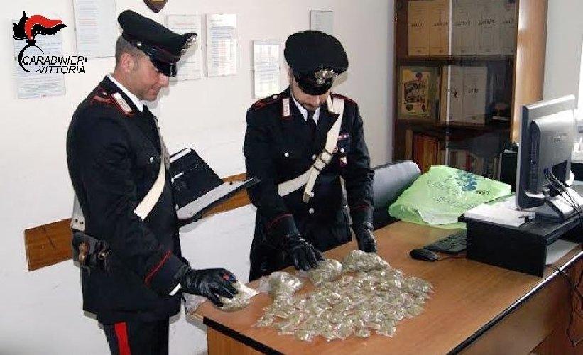 https://www.ragusanews.com//immagini_articoli/14-04-2018/acate-dosi-marijuana-arrestati-studenti-anni-500.jpg