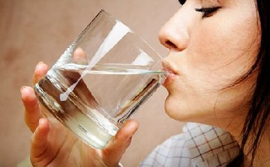 https://www.ragusanews.com//immagini_articoli/14-04-2018/dieta-perdere-peso-bicchieri-acqua-prima-mangiare-240.jpg