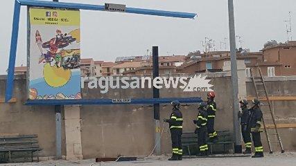 https://www.ragusanews.com//immagini_articoli/14-04-2018/scicli-vento-volare-danno-chiesa-ibla-240.jpg