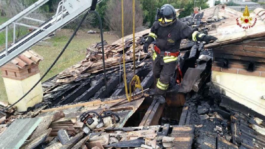 https://www.ragusanews.com//immagini_articoli/14-04-2020/a-fuoco-il-tetto-una-abitazione-a-frigintini-500.jpg