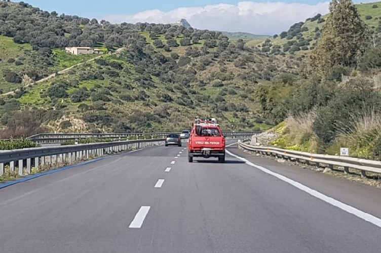 https://www.ragusanews.com//immagini_articoli/14-04-2020/tir-finisce-fuori-strada-catania-palermo,-chiusa-autostrada-500.jpg