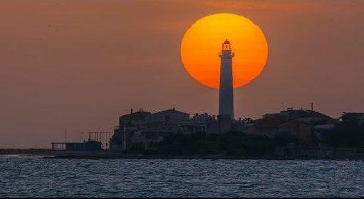 https://www.ragusanews.com//immagini_articoli/14-04-2021/tramonto-in-time-lapse-dietro-il-faro-di-puntasecca-video-280.jpg