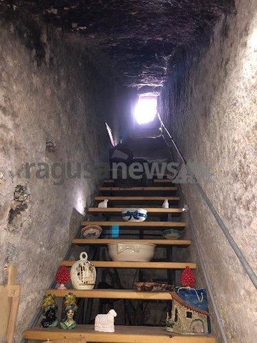 https://www.ragusanews.com//immagini_articoli/14-04-2021/vandali-nella-notte-delle-cento-scale-a-scicli-500.jpg