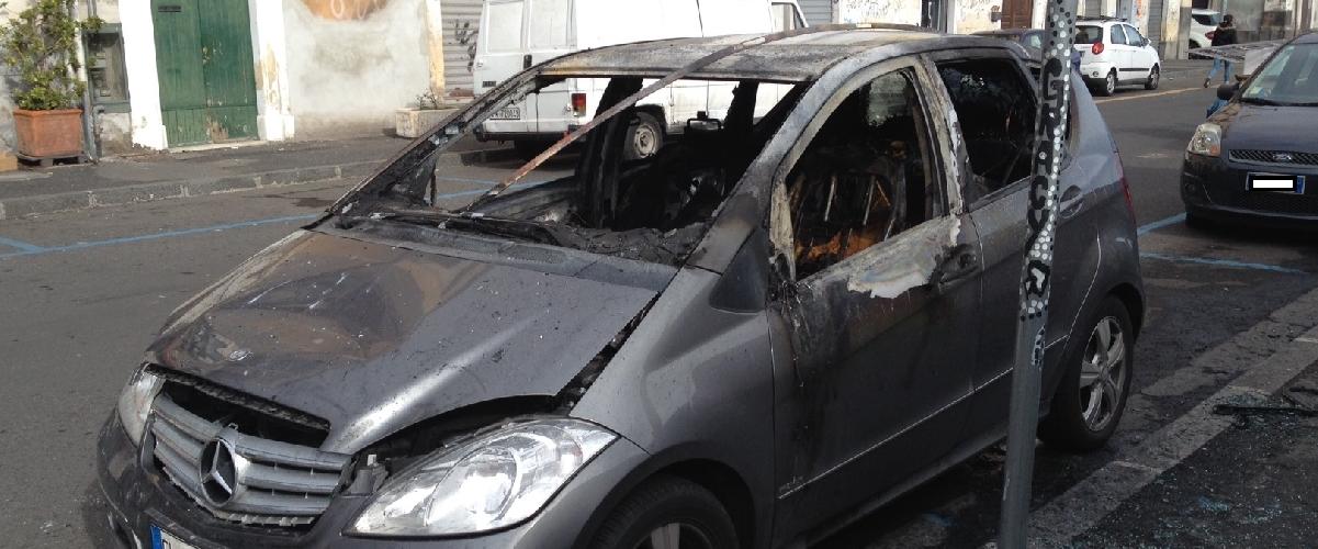 http://www.ragusanews.com//immagini_articoli/14-05-2015/incendiate-due-auto-un-unico-filo-rosso-500.jpg