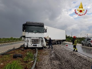 https://www.ragusanews.com//immagini_articoli/14-05-2019/1557853646-autostrada-siracusa-rosolini-tir-finisce-di-traverso-traffico-in-tilt-1-240.jpg
