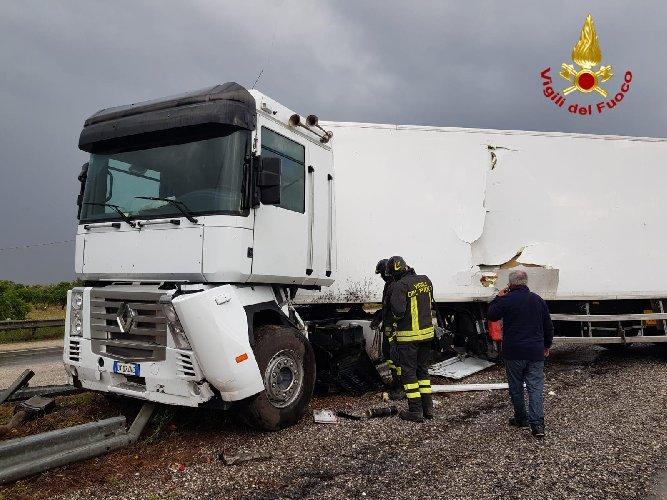 https://www.ragusanews.com//immagini_articoli/14-05-2019/autostrada-siracusa-rosolini-tir-finisce-di-traverso-traffico-in-tilt-500.jpg
