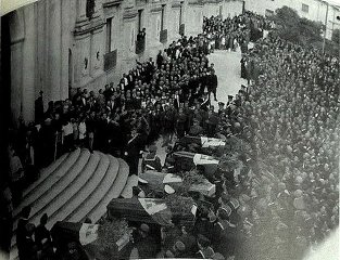 https://www.ragusanews.com//immagini_articoli/14-05-2019/la-foto-dei-funerali-ai-caduti-guerra-etiopica-240.jpg