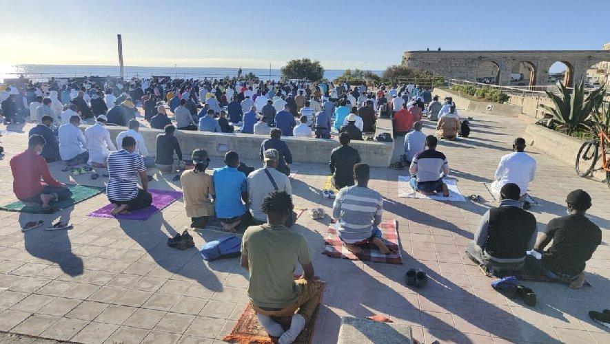 https://www.ragusanews.com//immagini_articoli/14-05-2021/1620985488-ramadan-folla-di-fedeli-in-piazza-polemica-sterile-in-rete-foto-video-1-500.jpg