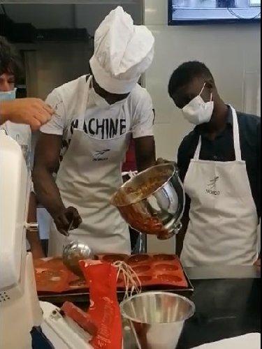 https://www.ragusanews.com//immagini_articoli/14-05-2021/ragusa-ibla-lo-chef-e-gli-immigrati-la-ricetta-dell-integrazione-video-500.jpg