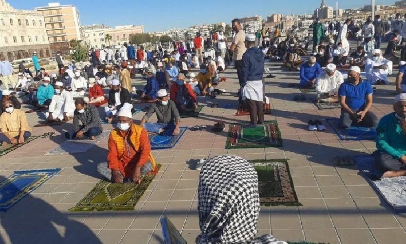 https://www.ragusanews.com//immagini_articoli/14-05-2021/ramadan-folla-di-fedeli-in-piazza-polemica-sterile-in-rete-foto-video-500.jpg