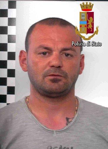 https://www.ragusanews.com//immagini_articoli/14-06-2018/caporalato-arrestato-albanese-vivevano-fogne-cielo-aperto-500.jpg
