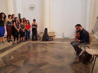 https://www.ragusanews.com//immagini_articoli/14-06-2018/gran-finale-festa-musica-noto-concerto-mario-incudine-240.jpg