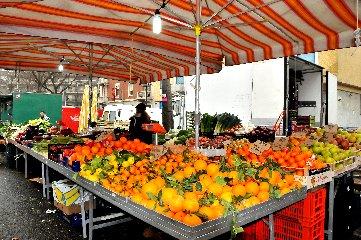 https://www.ragusanews.com//immagini_articoli/14-06-2018/modica-controlli-mercato-sanzionati-ambulanti-240.jpg