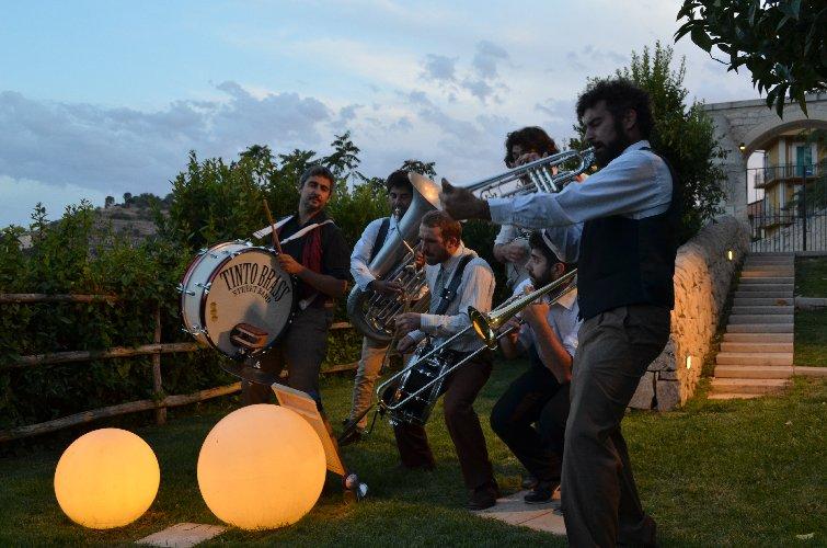 https://www.ragusanews.com//immagini_articoli/14-06-2018/musica-cibo-tinto-brass-street-band-esclusivo-concerto-ibla-500.jpg