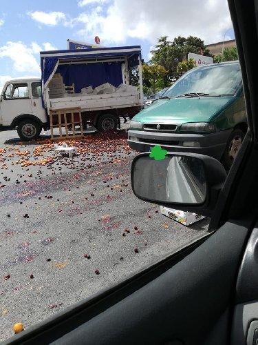 https://www.ragusanews.com//immagini_articoli/14-06-2018/ragusa-ambulante-litiga-finanza-getta-frutta-ripicca-500.jpg