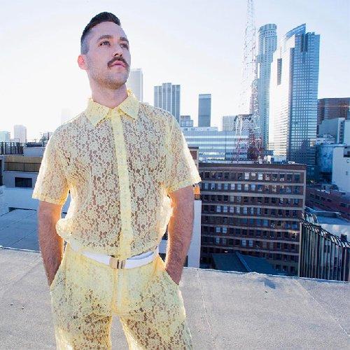 https://www.ragusanews.com//immagini_articoli/14-06-2019/1560504980-la-moda-uomo-estate-2019-i-pantaloncini-in-pizzo-foto-1-500.jpg
