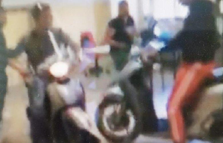 https://www.ragusanews.com//immagini_articoli/14-06-2019/su-facebook-il-video-studenti-in-classe-con-la-moto-500.jpg