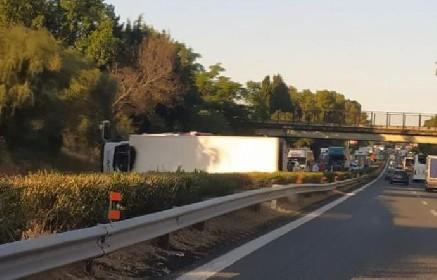 https://www.ragusanews.com//immagini_articoli/14-06-2021/tir-si-ribalta-in-autostrada-blocca-le-due-corsie-280.jpg
