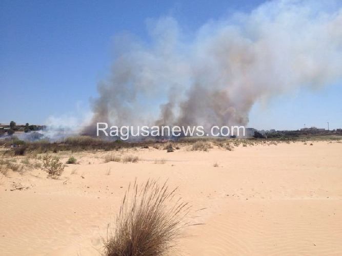 http://www.ragusanews.com//immagini_articoli/14-07-2014/maganuco-in-fiamme-500.jpg