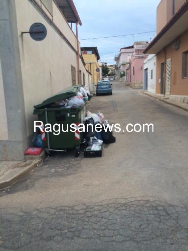 https://www.ragusanews.com//immagini_articoli/14-07-2014/nell-immondizia-affonda-marina-di-ragusa-500.jpg