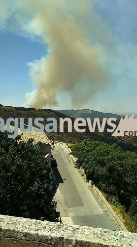 https://www.ragusanews.com//immagini_articoli/14-07-2017/ancora-incendi-chiaramonte-monterosso-zona-monte-casasia-500.jpg
