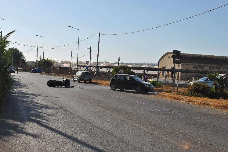http://www.ragusanews.com//immagini_articoli/14-07-2017/incidente-moto-ruote-davanti-opel-500.jpg