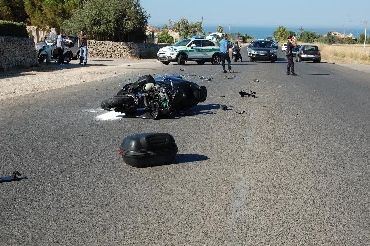 http://www.ragusanews.com//immagini_articoli/14-07-2017/incidente-ragusamare-ferito-motociclista-500.jpg