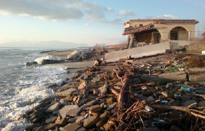 https://www.ragusanews.com//immagini_articoli/14-07-2018/report-goletta-verde-troppo-cemento-sulle-spiagge-siciliane-500.jpg