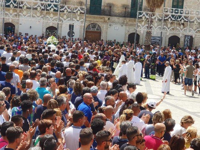 https://www.ragusanews.com//immagini_articoli/14-07-2019/1563097672-una-bara-bianca-per-alessio-1-500.jpg
